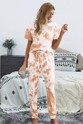 Conjunto de pantalón con pantalón naranja y camiseta con efecto tie dye
