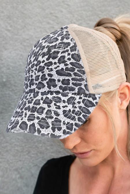 كاب رمادي بطبعة جلد الفهد