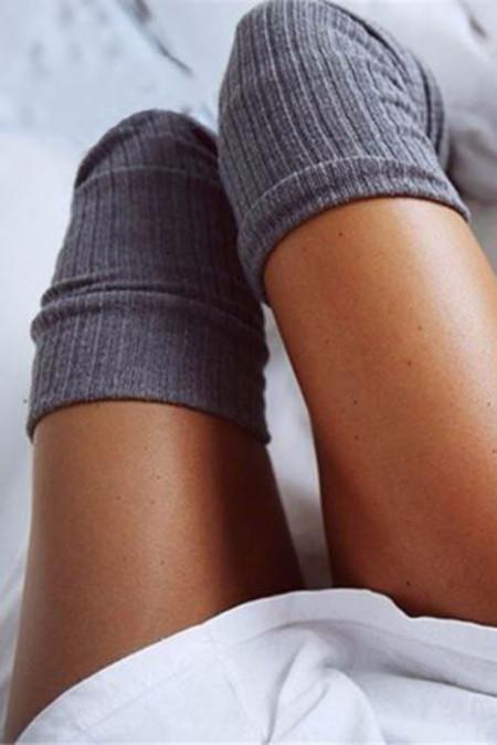 جوارب دافئة باللون الرمادي فوق الركبة