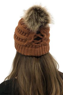 Коричневая вязаная шапка с помпоном в косичку для улицы