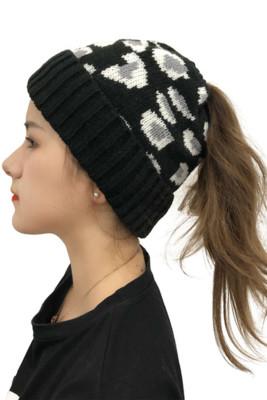 قبعة محبوكة باللون الأسود