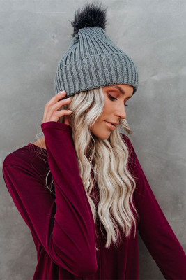 قبعة شتوية محبوكة باللون الرمادي بوم