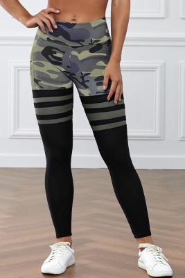 Pantalones deportivos a rayas con estampado de camuflaje verde