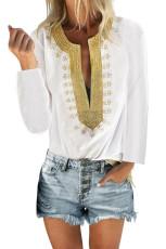 Белая блузка прямого кроя с разрезом и вышивкой
