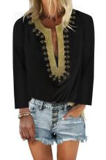 Черная блузка прямого кроя с разрезом и вышивкой