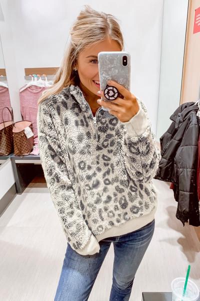 Pullover in sherpa con polsino elastico con stampa leopardata a 1/4 zip