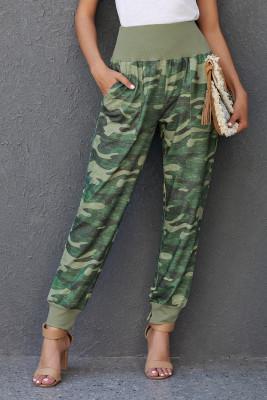 Зеленые повседневные брюки с камуфляжным карманом и разрезом