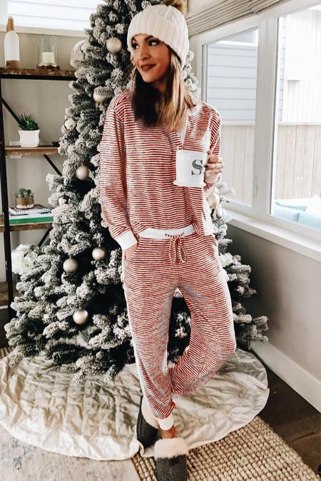Roter Weihnachtspyjama mit gestreiftem Ausschnitt und gestreiftem Knopf und Kontrastbesatz