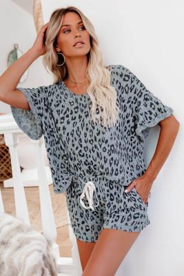 Grauer Schlafanzug mit gerolltem Ärmel und Leopardenmuster