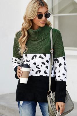 Зеленый вязаный пуловер с высоким воротом и сращиванием.