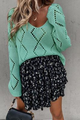 Зеленый вязаный свитер с v-образным вырезом и вырезом