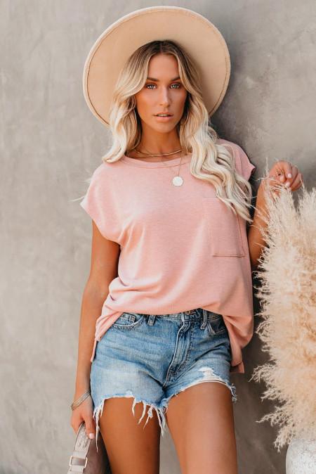 Розовая футболка с карманами и разрезами по бокам