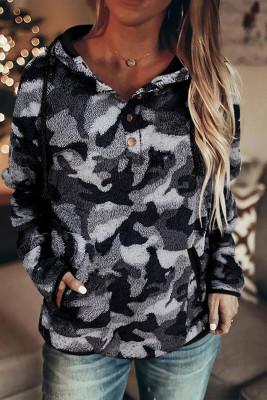 Pull à capuche en molleton gris avec cordon de serrage et col boutonné à motif camouflage