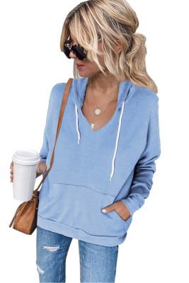 Sudadera azul cielo con cuello en V y bolsillo de canguro con cordón