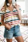 Camiseta de rayas multicolor con cuello en V
