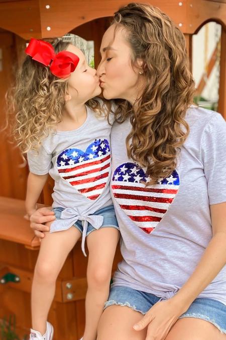 الأم وأنا العلم الوطني الترتر زين القلب عقدة الأعلى