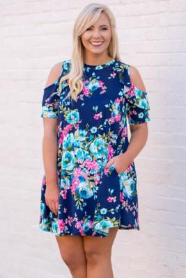 Mini vestido floral de talla grande con hombros descubiertos y bolsillos con volantes en azul