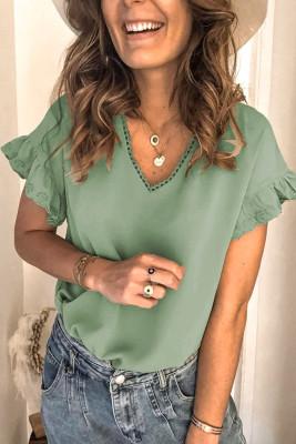 Зеленая футболка с короткими рукавами и оборками с V-образным вырезом