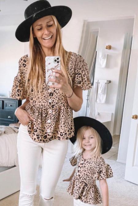 Top estilo túnica con volantes y botones de leopardo
