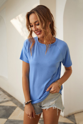 Голубая футболка с круглым вырезом и рукавами реглан