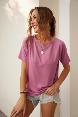 Розовая футболка с круглым вырезом и рукавами реглан