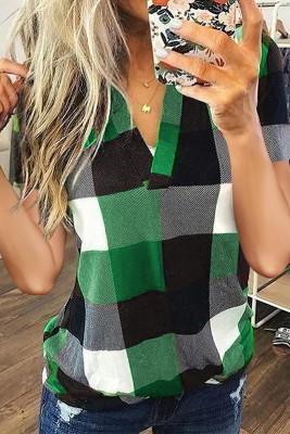 Top de manga corta con cuello en V y estampado de cuadros verdes