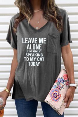 Camiseta con cuello en V gris con estampado de letras y aberturas