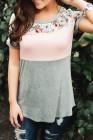 Розовая футболка с цветочным принтом и цветными блоками
