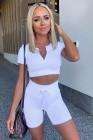 بلوزة قصيرة بيضاء مضلعة مضلعة وسراويل ملابس رياضية