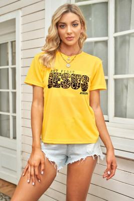 Желтая футболка с леопардовым принтом и графическим принтом