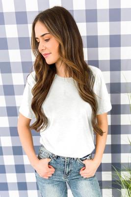 Camiseta blanca con cuello redondo de color liso