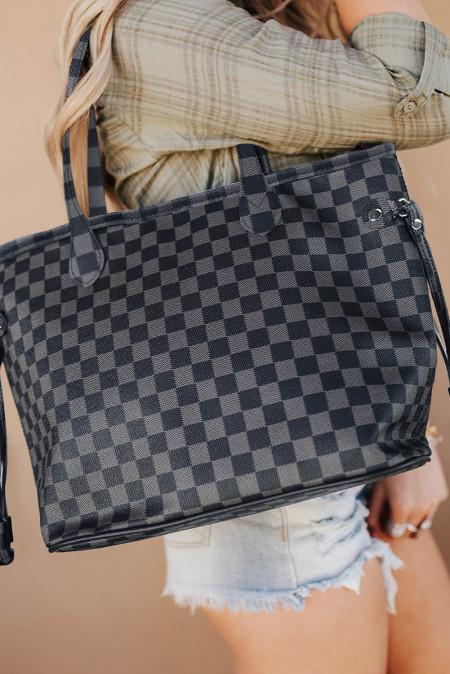 حقيبة يد رمادية مربعة مع محفظة متناسقة