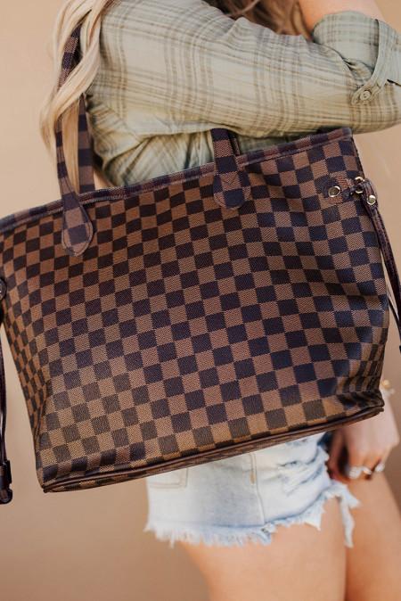 حقيبة يد بنية مربعة مع محفظة متناسقة