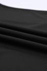 بدلة سوداء بفتحة رقبة سكوب وأكمام طويلة