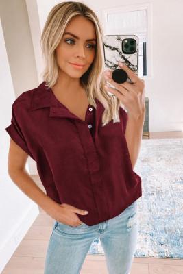 قميص بأكمام قصيرة بياقة وأزرار نبيذ أحمر